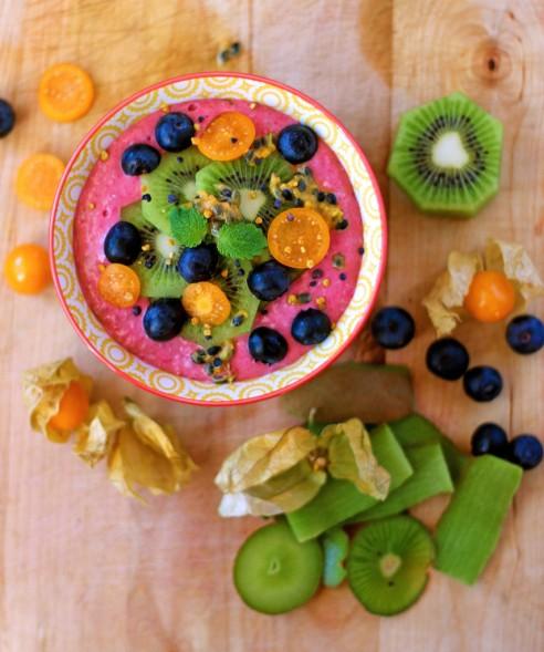 raspberry-oat smoothie bowl